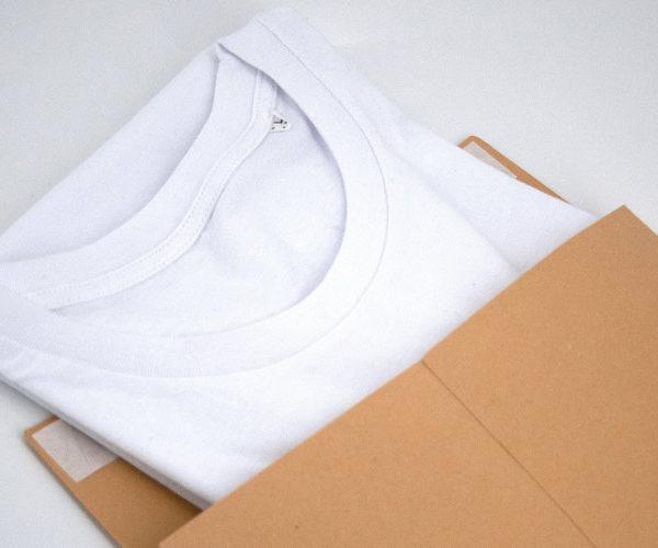 """Alle unsere Textilien werden in einer plastikfreien Versandverpackung geliefert. Statt Plastik setzen wir seit Juni 2020 auf """"Pergaminbeutel"""". Einzelne Produkte wie Leinwand werden leider noch mit Plastik geliefert. Wir sind bemüht, dass wir in Zukunft alle Produkte mit einer plastikfreien Versandverpackung liefern können."""